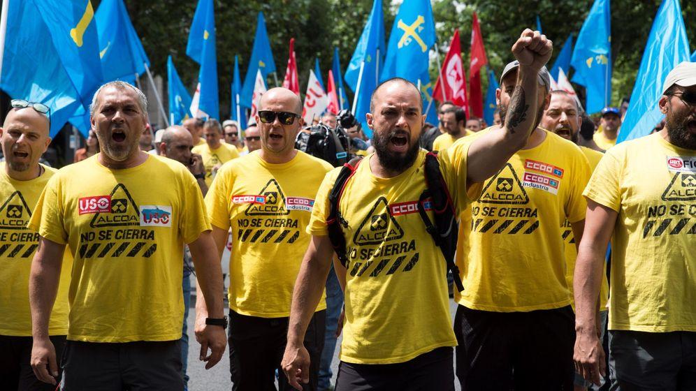 Foto: Manifestación de trabajadores de Alcoa frente al Ministerio de Industria. (EFE)