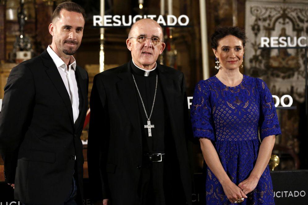 Foto: Joseph Fiennes y María Botto, junto al Arzobispo de Madrid, Carlos Osoro, en la presentación del filme (EFE)