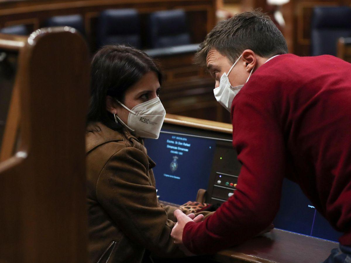 Foto: El líder de Más País, Íñigo Errejón, conversa con la portavoz del PSOE en el Congreso, Adriana Lastra, durante un pleno. (EFE)