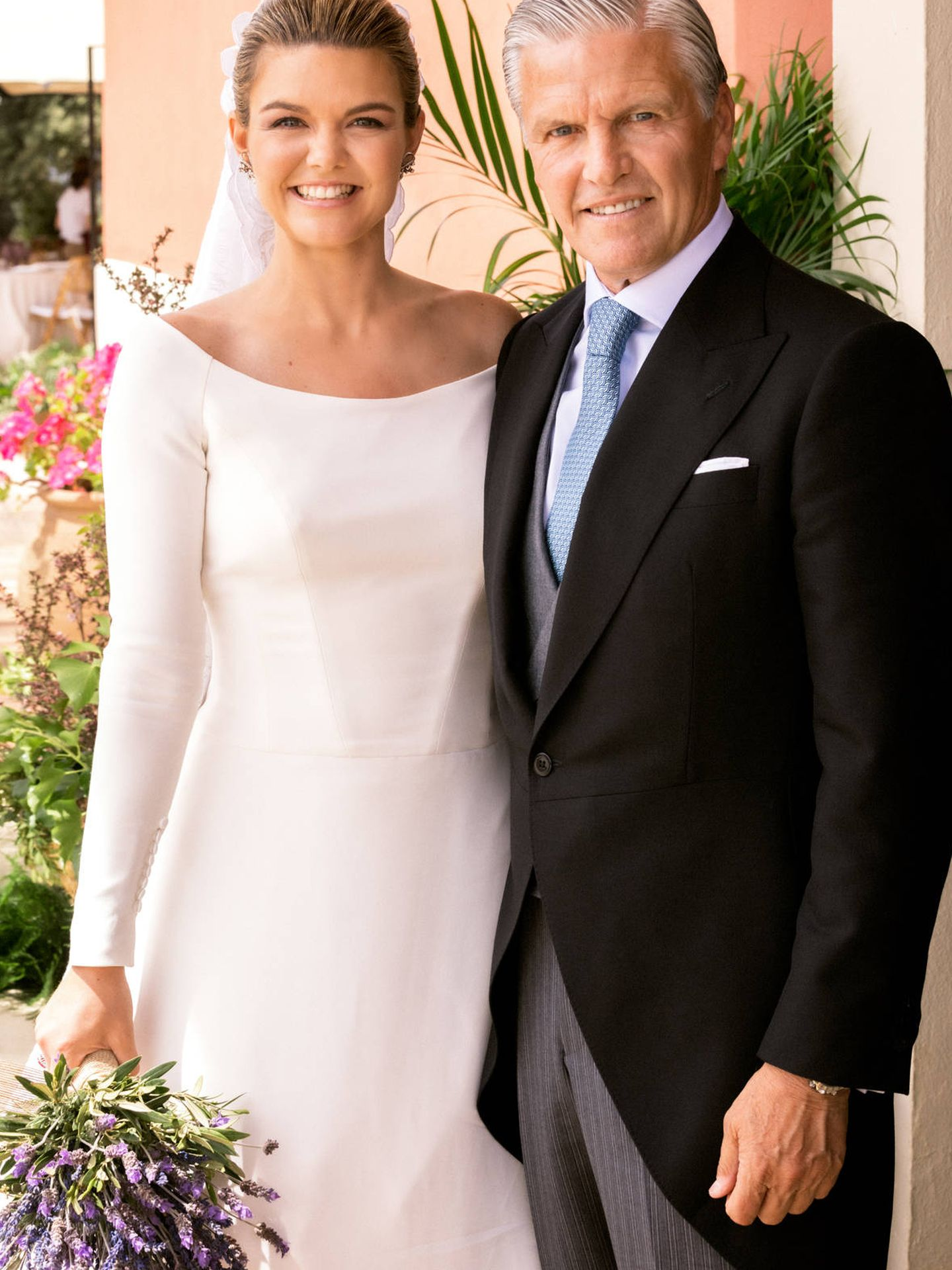 Alejandra posa junto a su padre, padrino de la boda. (Antonio Terrón)