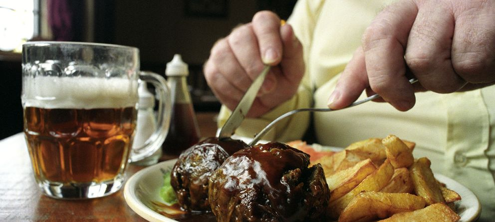 Foto: Las comidas ricas en grasas saturadas son las que debemos evitar si no queremos elevar nuestro colesterol. (Corbis)