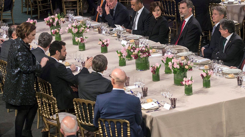Felipe VI, acompañado de Soraya Sáenz de Santamaría, preside la cena de bienvenida al MWC. (EFE)