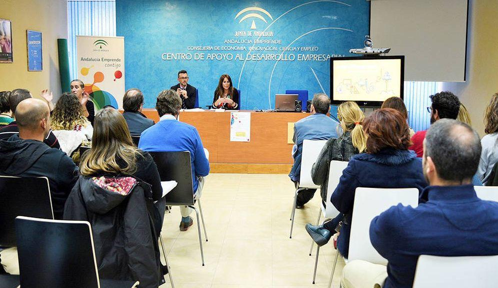 Foto: La delegada de Economía en Cádiz acompañada del director provincial de Andalucía Emprende en esta provincia. (CADE)