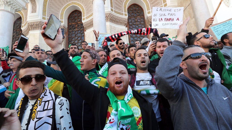 Foto: Activistas argelinos protestan contra una ampliación de mandato del presidente Abdelaziz Bouteflika este viernes en Argel. (EFE)