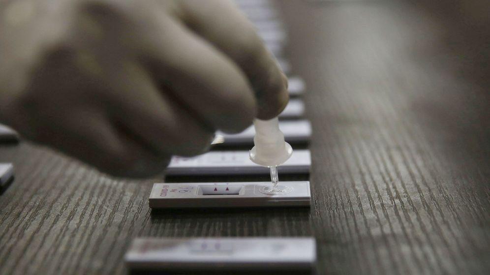Foto: Un empleado realiza test rápidos de antígeno en la India el pasado 3 de septiembre. (Farooq Khan / EPA)