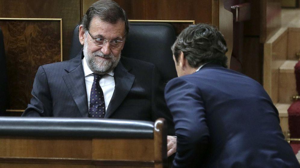 Foto: El presidente del Gobierno, Mariano Rajoy (i), conversa con el portavoz del PP en el Congreso, Rafael Heranando. (Efe)