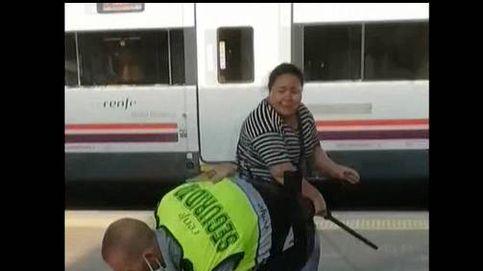 Una mujer agrede a un vigilante con su propia porra cuando intentaba colarse en una estación de Barcelona