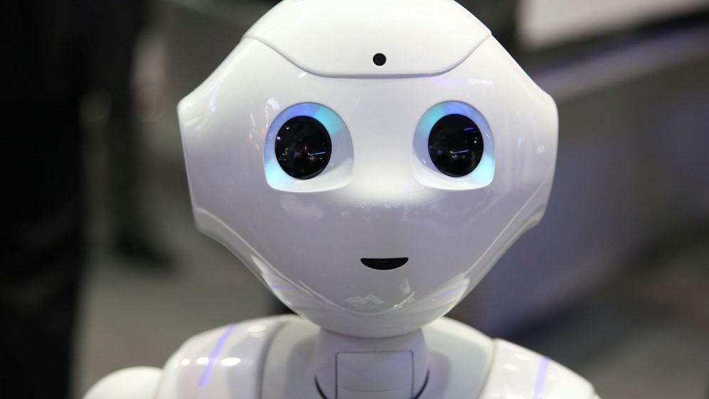 Foto: Un robot atiende al público en la última edición del Mobile World Congress de Barcelona (Paul Hanna/REUTERS)