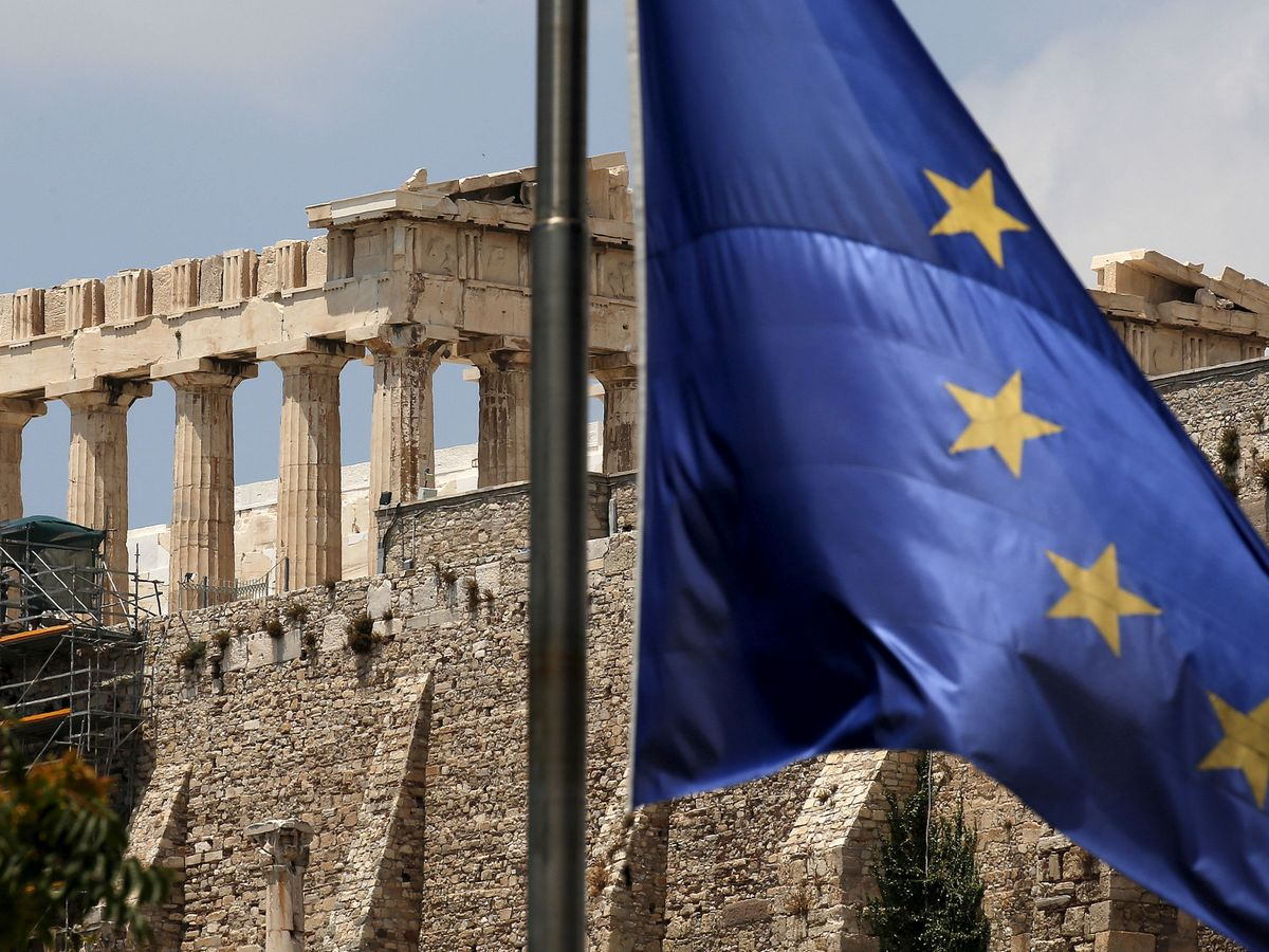 Foto: Una bandera europea frente al Partenón de la Acrópolis en Atenas. (Reuters)