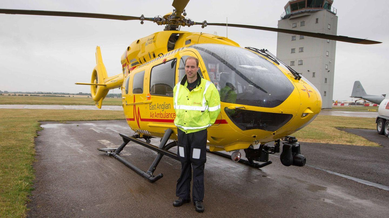 El príncipe Guillermo después de su primera misión como piloto para el servicio de ambulancias aéreas East Anglian Air Ambulance (EAAA). (EFE)