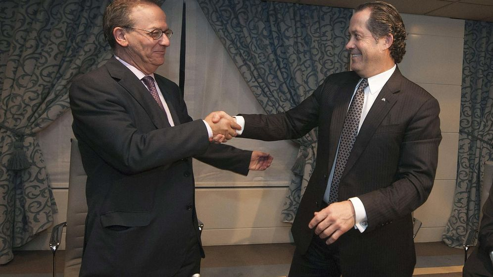 Foto: El exdirector general del FROB, Antonio Carrascosa (i), y el presidente de Banesco, Juan Carlos Escotet, tras la firma de las venta de NCG Banco en 2014. (EFE)