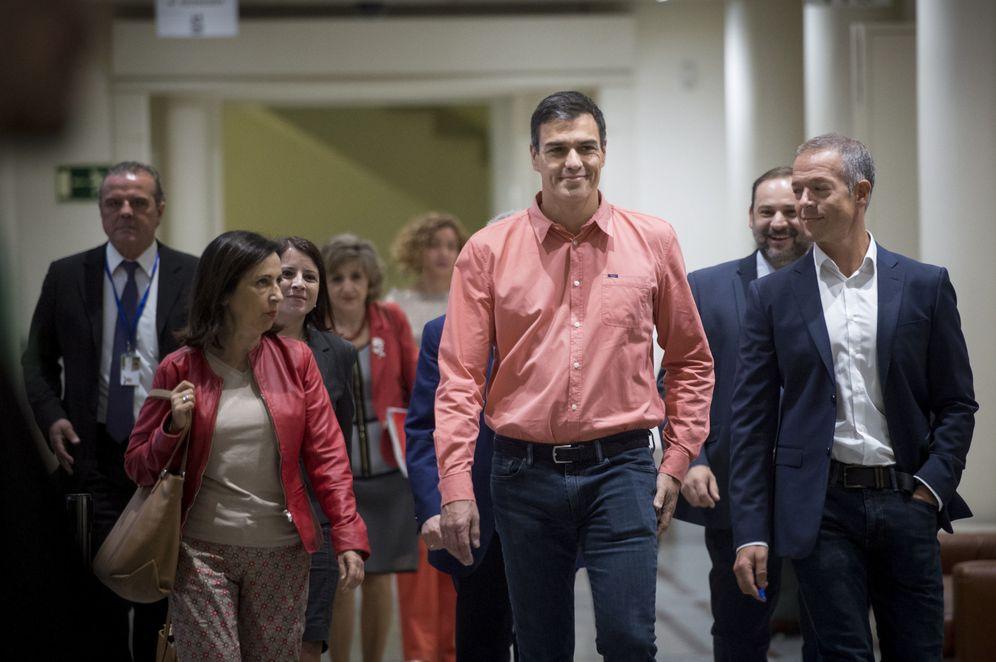 Foto: Pedro Sánchez, a su reunión este martes en la Cámara Alta, flanqueado por los portavoces de Congreso y Senado, Margarita Robles y Ander Gil. (EFE)