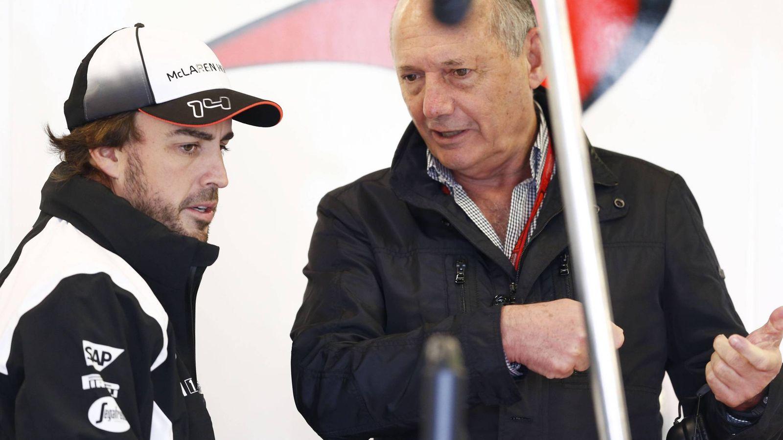 Foto: Ron Dennis y Fernando Alonso conversando (Imago)..