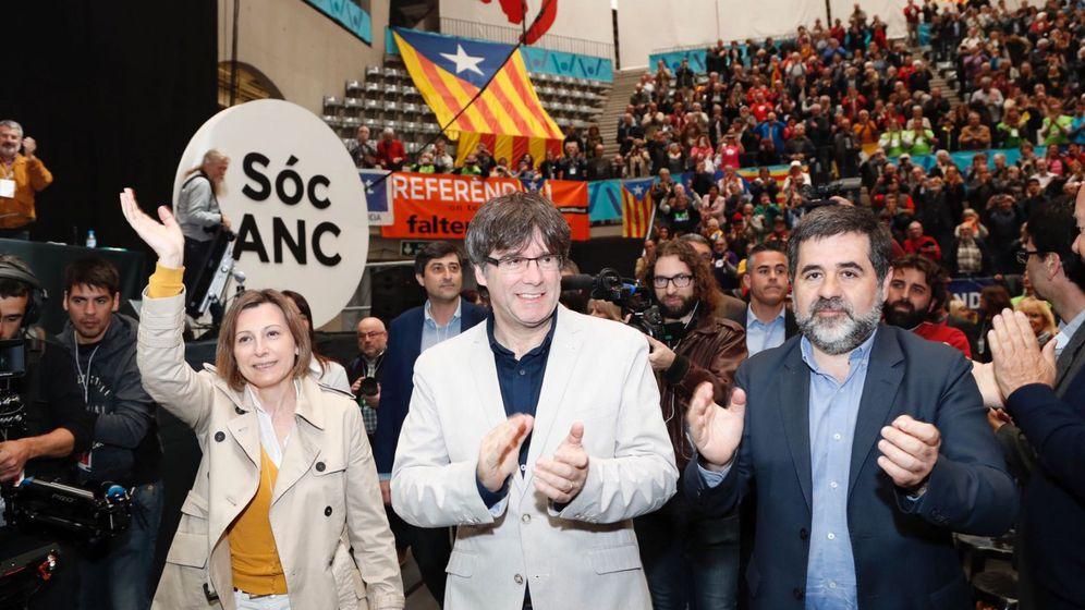 Foto: Carles Puigdemont, junto a Jordi Sánchez y Carme Forcadell, durante la V asamblea de la ANC. (EFE)