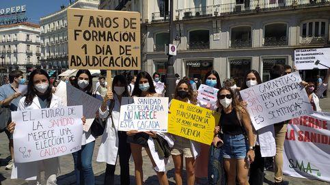 Cientos de sanitarios protestan por el reparto exprés de las plazas MIR