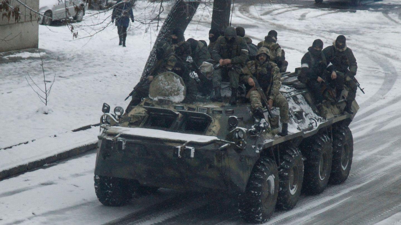 Hombres armados patrullan el centro de Luhansk en un blindado, el 23 de noviembre de 2017. (Reuters)