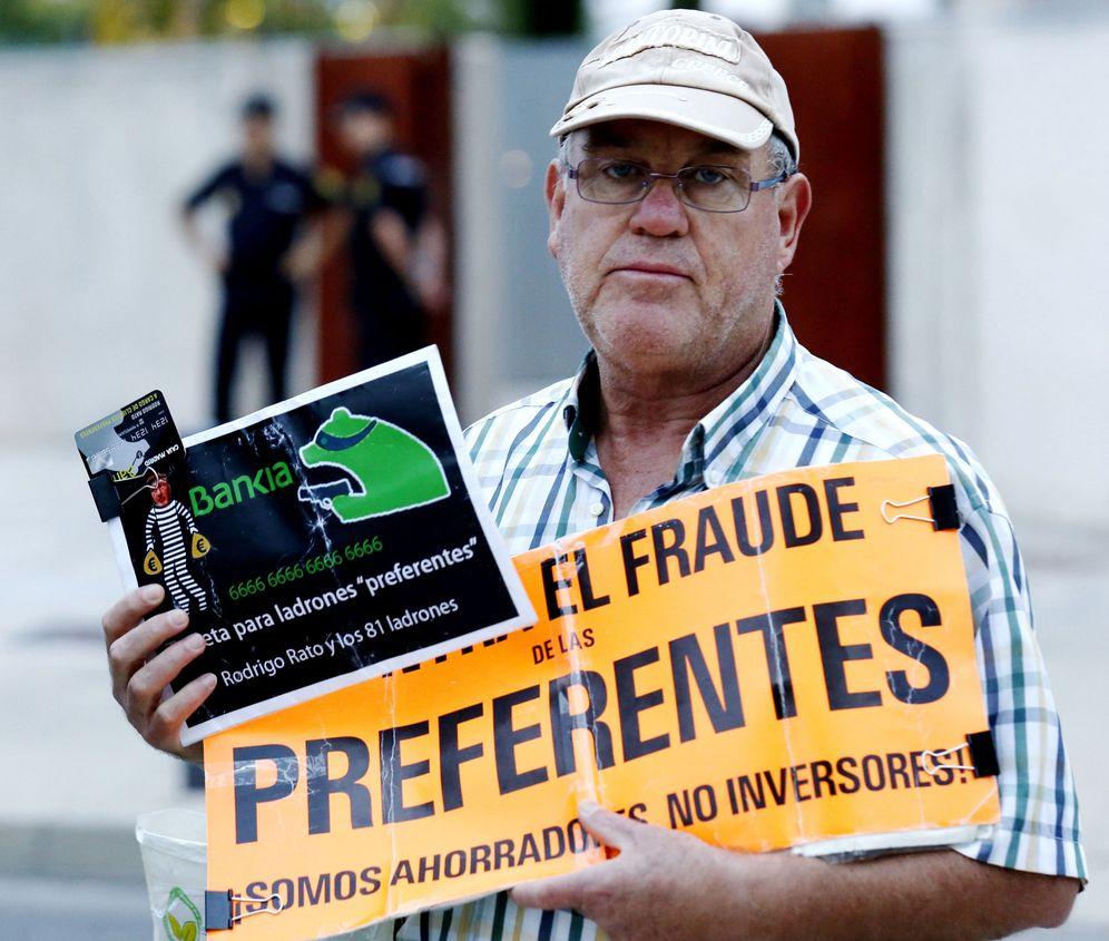 Foto: Un afectado por el fraude de las preferentes en la puerta de la sede de la Audiencia Nacional. (Efe)