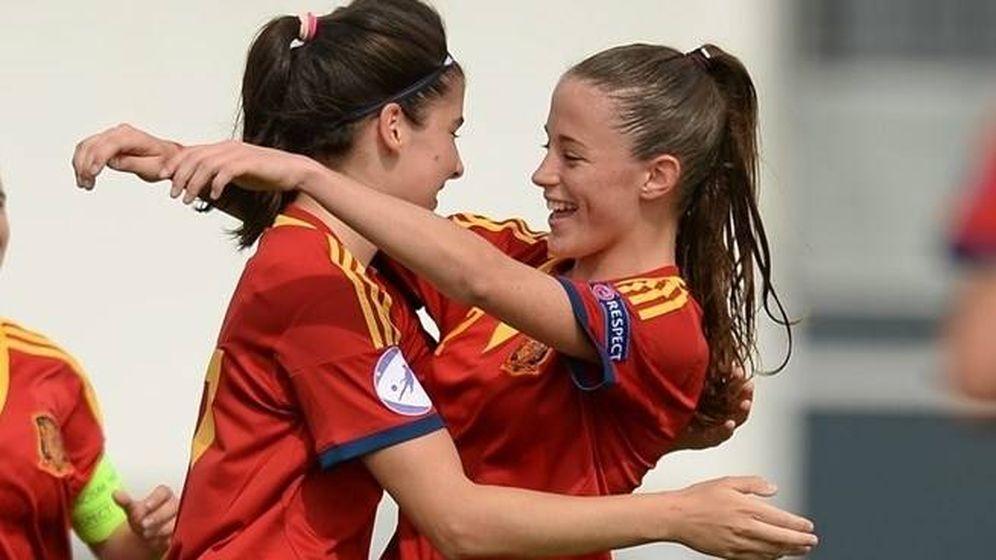 Foto: Ona Batlle felicita a Lucía García en un partido de la Selección. (EFE)