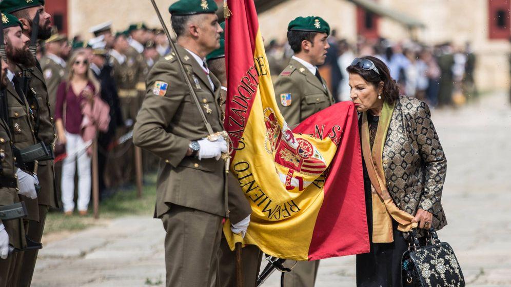 Foto: Una mujer jura la bandera española en el castillo de San Fernando (Figueres). (D.B.)