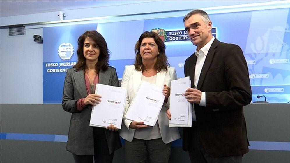 Foto: Aintzane Ezenarro (directora del Instituto de la Memoria), Maite Alonso y Jonan Fernández, en la presentación de los contenidos del programa educativo. (EC)