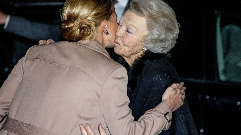 La princesa Beatriz y Mabel de Holanda despidiéndose. (Cordon Press)