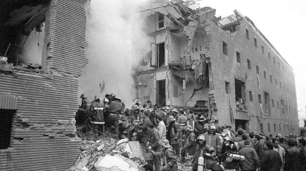 Foto: Foto de archivo del atentado contra la casa cuartel de la Guardia Civil de Zaragoza en 1987. (EFE)
