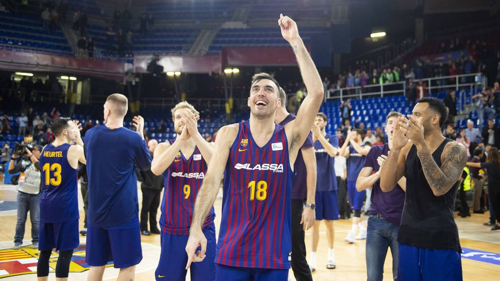 Foto: Los jugadores del Barcelona salieron minutos después del partido a la pista para celebrar la victoria. (ACB Photo / V. Salgado)