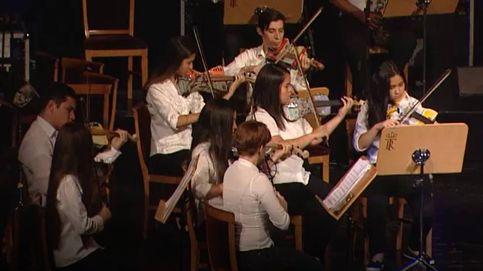 La orquesta que toca con instrumentos de materiales desechables en el Teatro Real