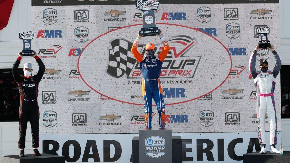 Foto: Alex Palou (derecha), en el podio de Road America, en tan solo su tercera carrera en el IndyCar (EFE)