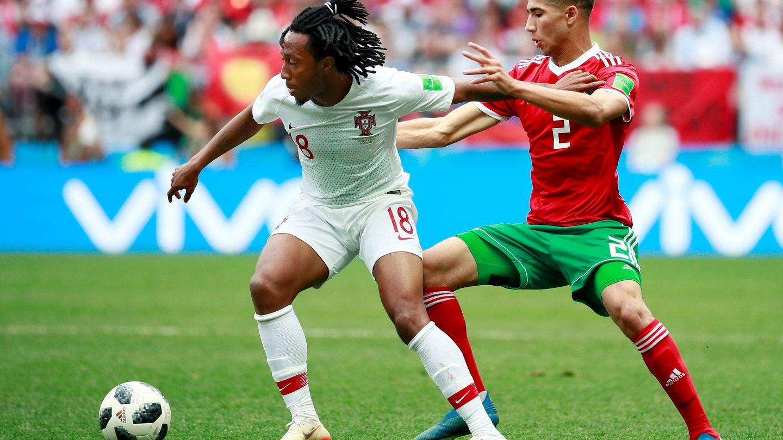 Martins disputa un balón a Achraf. (Efe)