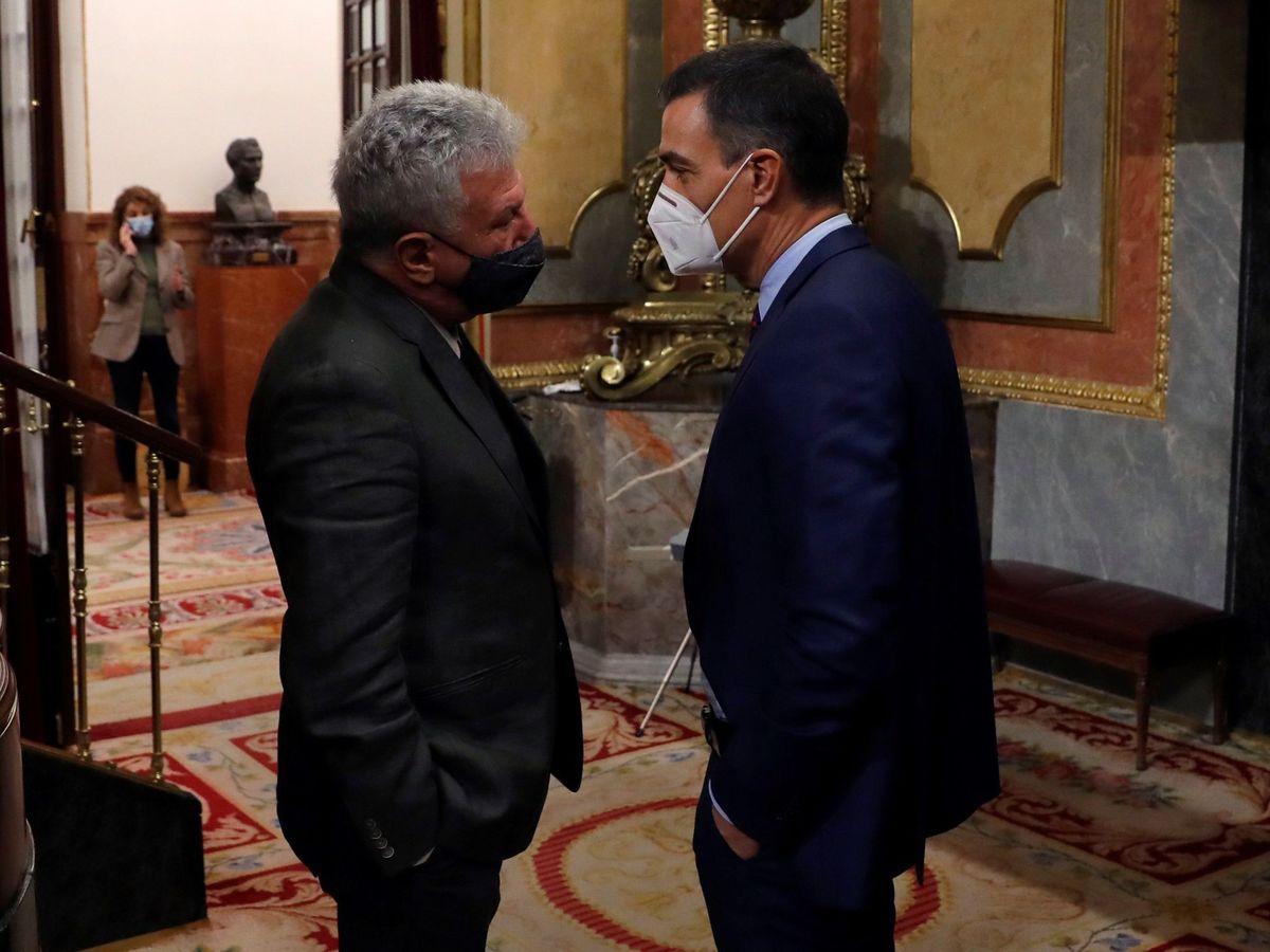 Foto: Sánchez habla con la diputado de Nueva Canarias, Pedro Quevedo. (EFE)