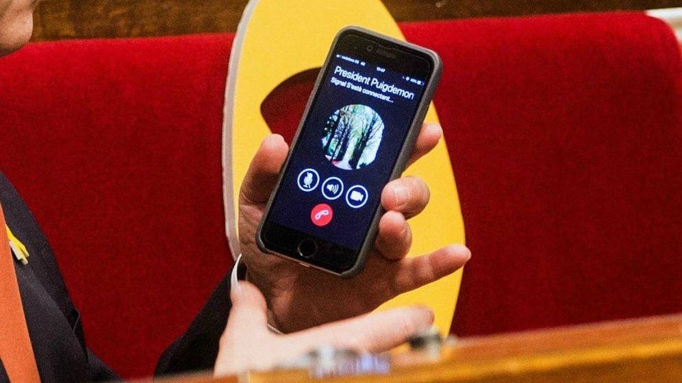 Foto: Carles Puigdemont llama a Josep Turull durante la sesión en la que se estableció la Mesa del Parlament. (EFE)
