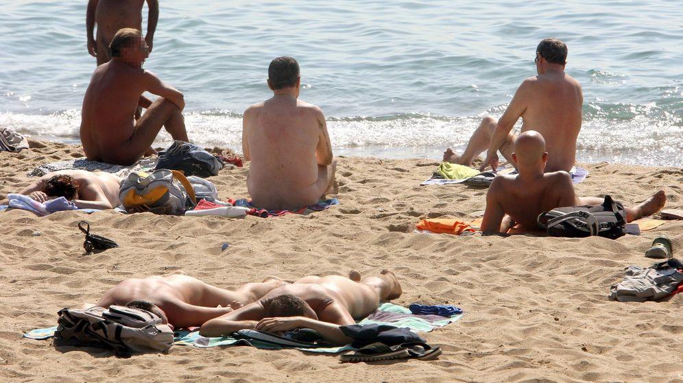 Foto: Varias personas practican el nudismo en una playa de Barcelona (EFE)