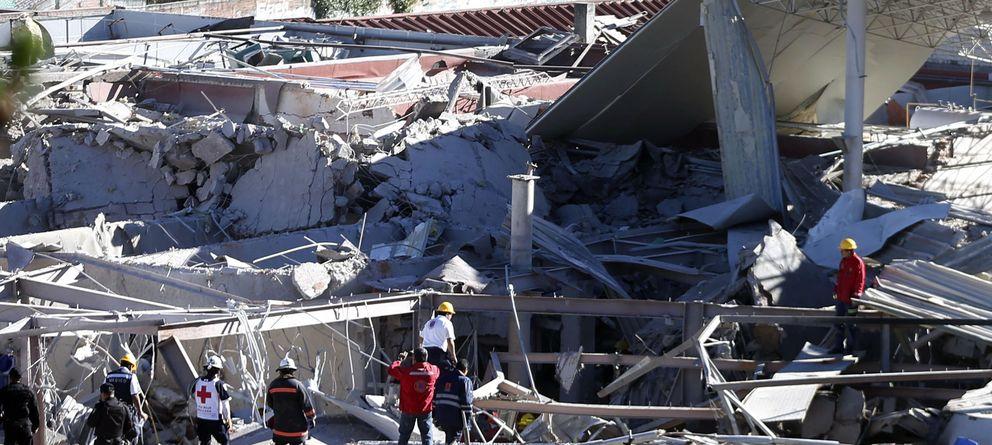 Foto: La policía y los bomberos buscan a posibles supervivientes entre los escombros (REUTERS)