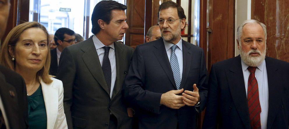 Foto: El presidente del Gobierno, Mariano Rajoy (2-d), y los ministros de Fomento, Ana Pastor; de Industria, José Manuel Soria (2-i), y de Agricultura, Alimentación y