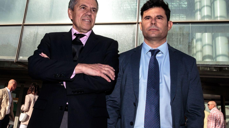 Javier Sánchez Santos, con su abogado, Fernando Osuna. (EFE)