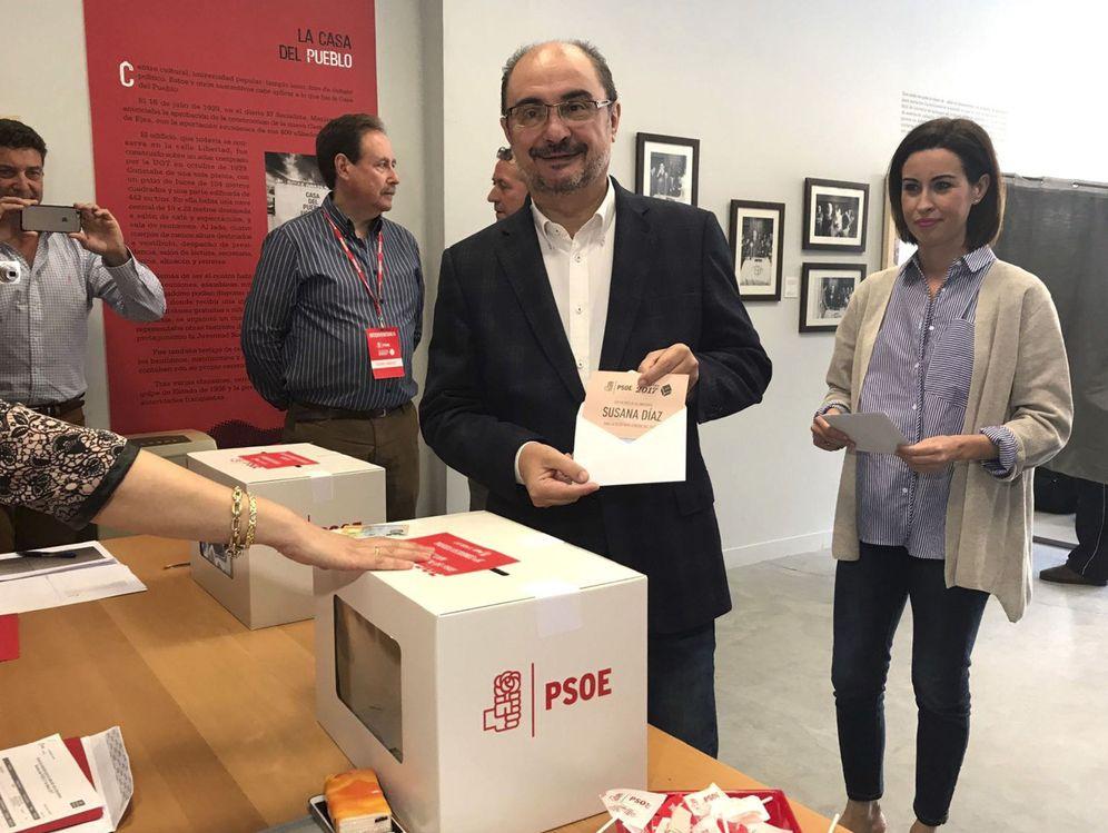 Foto: Javier Lambán muestra la papeleta con su voto a Susana Díaz en las primarias del pasado 21 de mayo en Ejea de los Caballeros, Zaragoza. (EFE)
