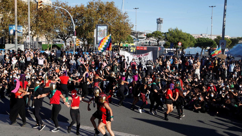 Unas 500 personas de colectivos indígenas se concentran este lunes, Día de la Hispanidad, ante el monumento a Colón en Barcelona. (EFE)