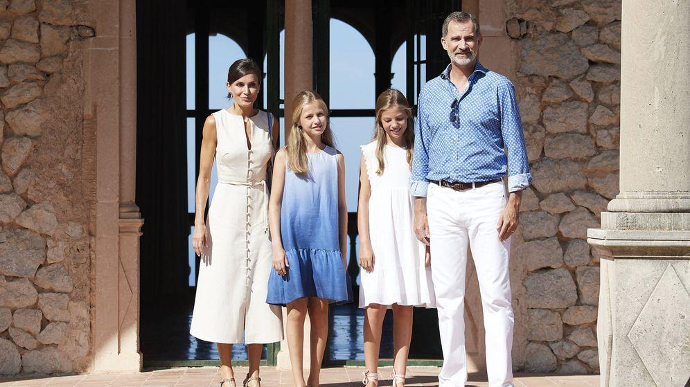 Foto: Los Reyes y sus hijas en Mallorca. (Getty)