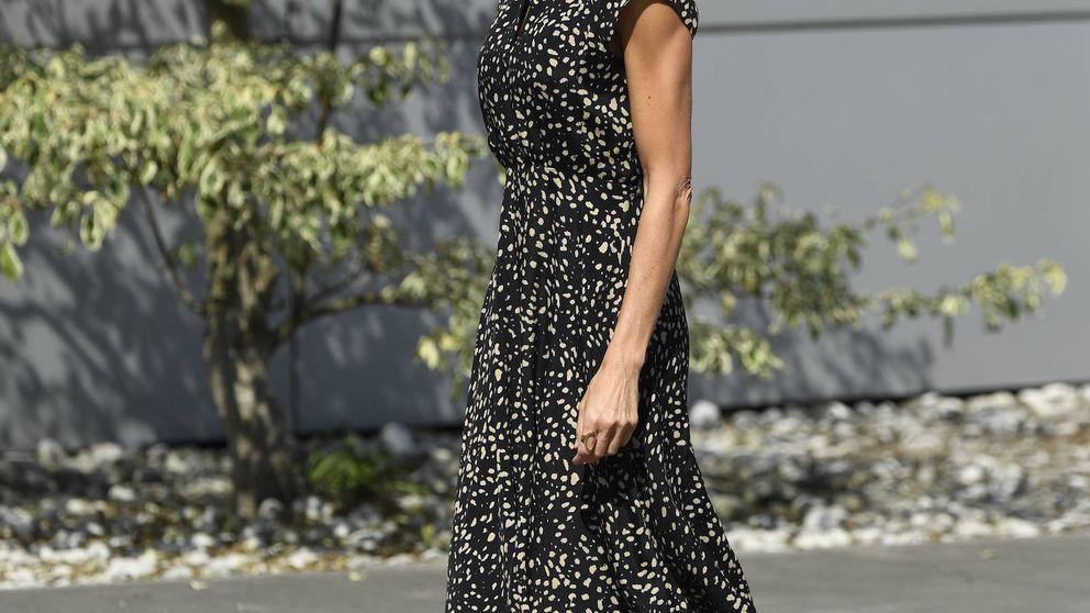 Letizia finaliza su gira en Asturias con un vestido de estreno (ideal) de Massimo Dutti