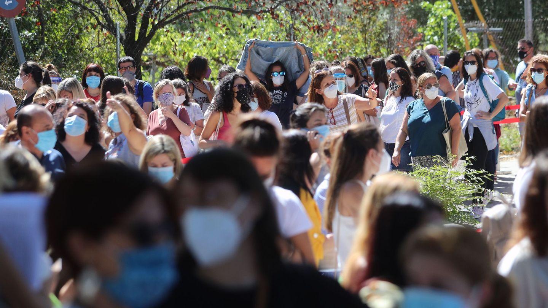 Cientos de profesores y personal que trabaja en los centros de educación esperan para realizarse el test de anticuerpos del covid-19 en el IES Virgen de la Paloma en Madrid (EFE)