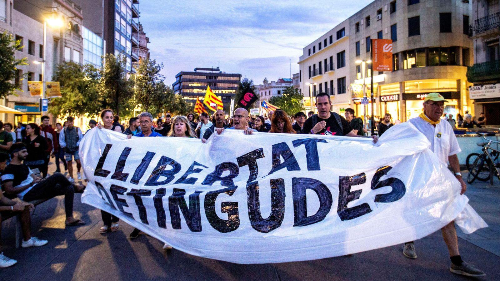 Foto: Miles de personas protestan en Cataluña por las detenciones de los CDR. (EFE)