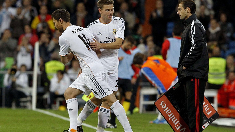 Xabi Alonso sustituye a Illarramendi durante un partido de LaLiga en el Bernabéu. (EFE)