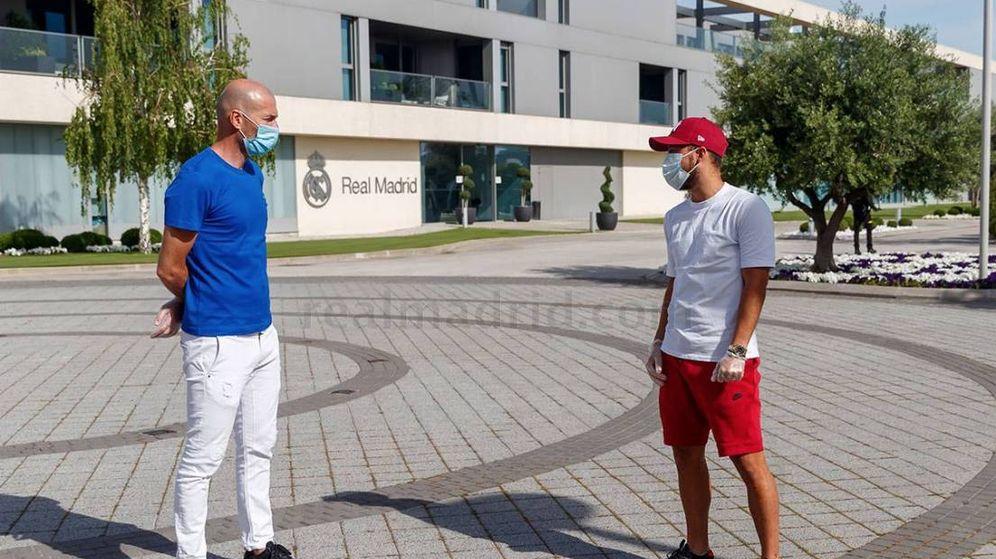 Foto: Zidane y Hazard, con mascarilla, en la Ciudad Deportiva de Valdebebas. (Realmadrid.com)