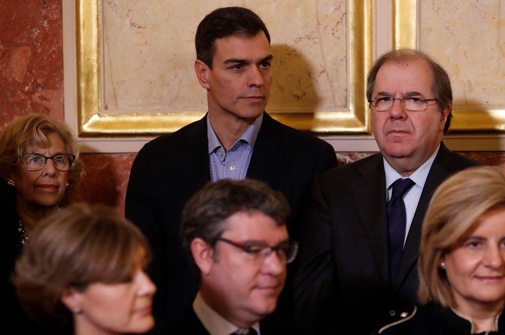 Foto: Pedro Sánchez, flanqueado por el presidente castellanoleonés, Juan Vicente Herrera, y la alcaldesa de Madrid, Manuela Carmena, este 6 de diciembre. (EFE)
