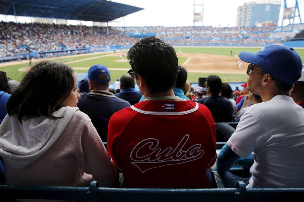 Foto: Aficionados asisten a un partido de béisbol entre la selección cubana y los MLB Tampa Bay Rays, en La Habana. (Reuters)