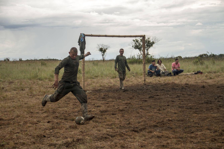 Foto: Guerrilleros de las FARC juegan al fútbol en el campamento de los llanos del Yarí, Colombia. (Foto: Héctor Estepa)