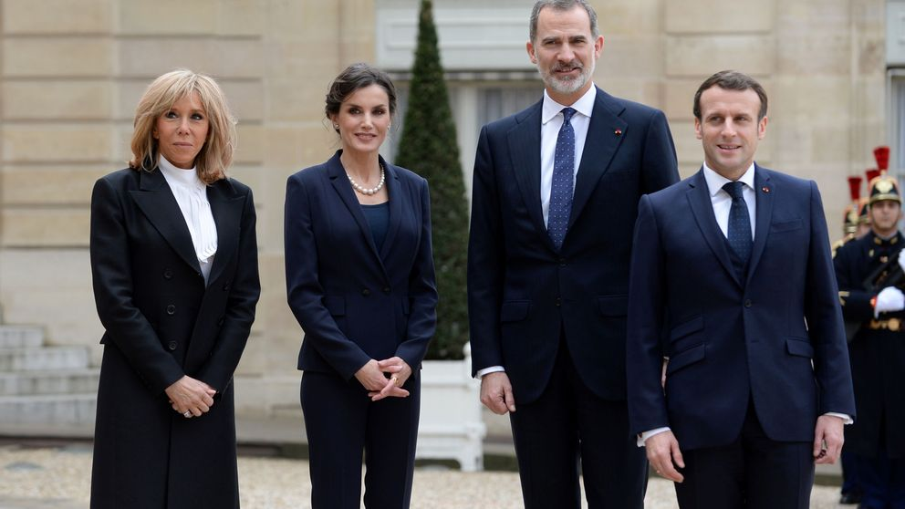 Brigitte Macron, sobria y con los botines de Tamara Falcó (950 euros) ante Letizia