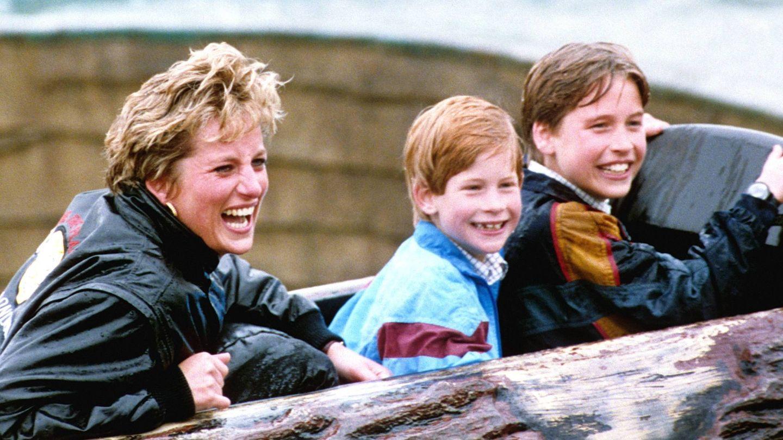 La princesa Diana, junto a sus hijos en el parque de atracciones. (Cordon Press)