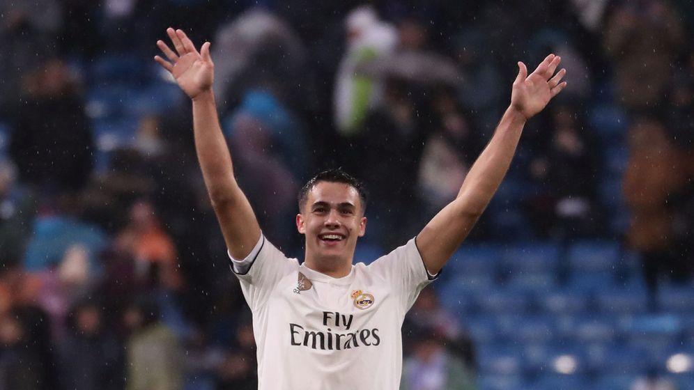 Foto: Reguilón levanta los brazos para saludar a los aficionados del Bernabéu. (EFE)